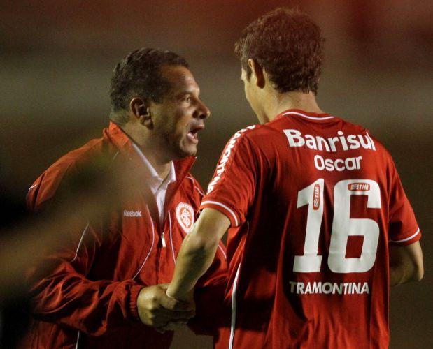 Oscar comemora gol com Jorge Wilstermann pela Libertadores com o técnico Celso Roth