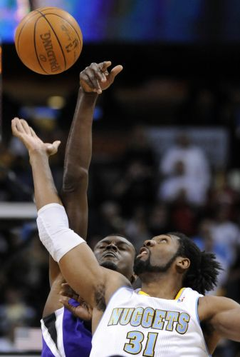 Brasileiro Nenê briga pela bola com Samuel Dalembert no jogo entre Denver Nuggets e Sacramento Kings