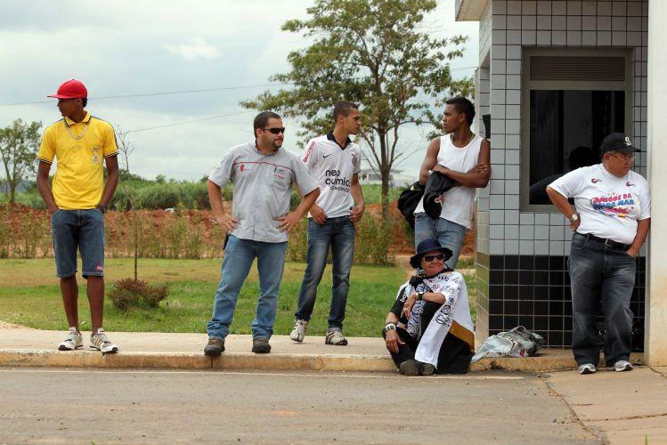 Cinco torcedores do Corinthians aguardam a apresentação de Adriano no CT Joaquim Grava. O público compareceu em menor número que o esperado e frustrou o esquema de segurança preparado pelo clube.