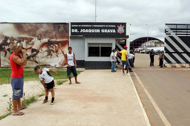 Visão da parte da frente do CT do Parque Ecológico, onde o Corinthians apresenta o atacante Adriano. A multidão esperada não compareceu a chegada do Imperador.