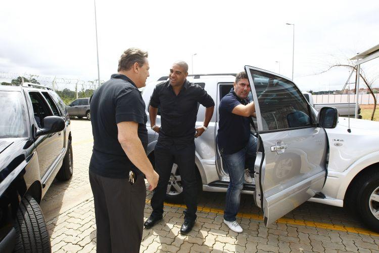 Adriano chega ao CT do Parque Ecológico com seus familiares para a apresentação no Corinthians. O Imperador, após muitos boatos, chegou sem grande festa.