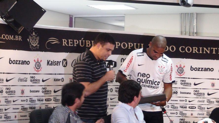 Ronaldo entrega certidão corintiana a Adriano na apresentação do Imperador no Corinthians. O Fenômeno, amigo de Adriano, ajudou na contratação do novo camisa 10 do clube.