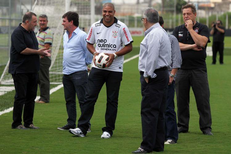 Adriano sorri com uma bola de futebol na mão na chegada ao Corinthians. O atacante foi apresentado em uma festa simples, sem a presença da torcida como a diretoria chegou a cogitar.