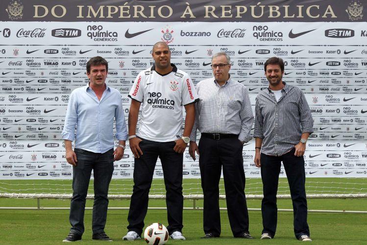 Adriano posa ao lado de Andrés Sanchez e os dirigentes do Corinthians em sua apresentação. O Imperador não bateu bola no gramado por conta de sua lesão e evitou assuntos polêmicos.