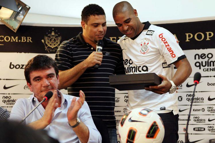 Ronaldo e Adriano observam a certidão corintiana do Imperador, com o presidente Andrés Sanchez à frente.