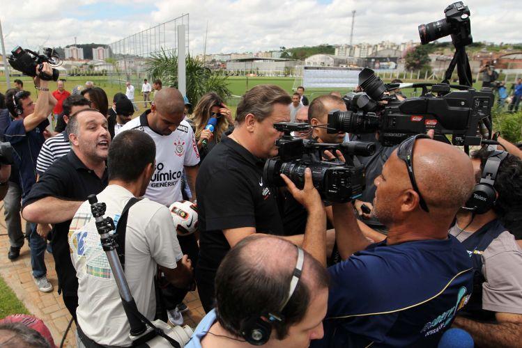 Grupo de repórteres e fotógrafos acompanha Adriano na chegada do Imperador à sala de entrevistas do CT do Parque Ecológico. Em sua primeira conversa com a imprensa, o camisa 10 do Corinthians prometeu fazer sucesso no novo clube.