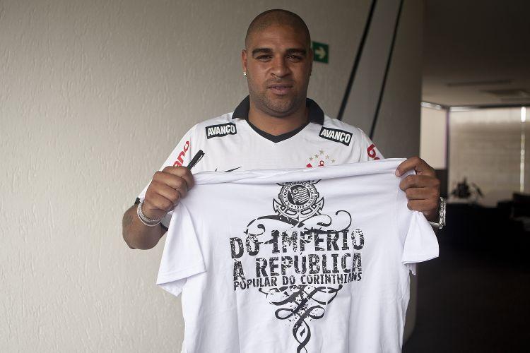 Adriano exibe a camisa promocional que será vendida pelo Corinthians. A peça brinca com o apelido do reforço alvinegro: