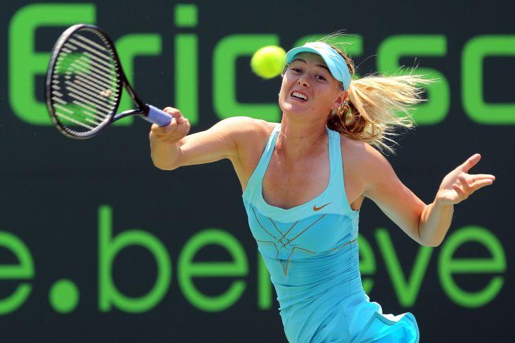 Maria Sharapova devolve a bola no duelo contra Andrea Petkovic