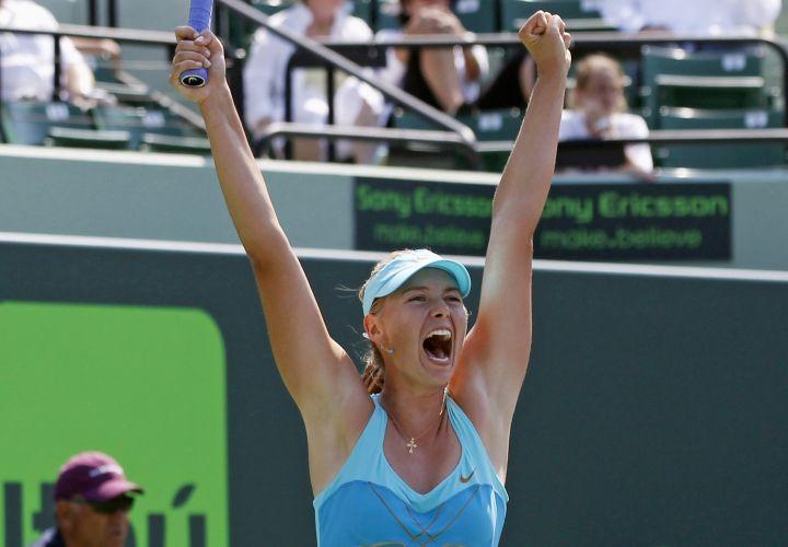 Maria Sharapova mostra bastante euforia após a vitória de virada sobre Andrea Petkovic