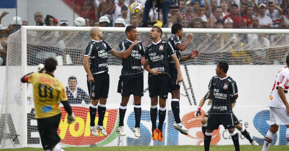 Rogério Ceni cobra falta, marca o centésimo gol de sua carreira e encerra jejum do São Paulo diante do Corinthians