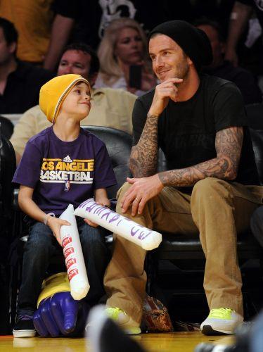 David Beckham, meia do Los Angeles Galaxy, levou o filho Romeo para acompanhar a vitória do Los Angeles Lakers sobre o Dallas Mavericks por 109 a 82