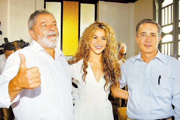 Atuante politicamente, Shakira já se encontrou com diversos líderes mundiais, inclusive o ex-presidente Lula e Álvaro Uribe, da Colômbia