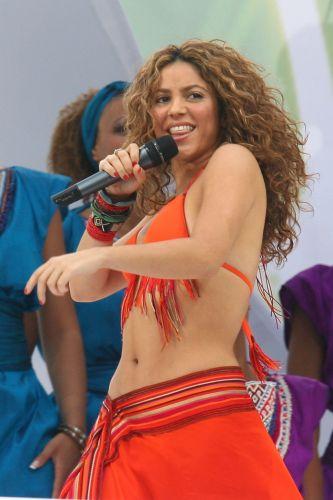 Cantora namora um futebolista e já tocou em eventos esportivos, como mostra esta foto, na final da Copa do Mundo de 2006