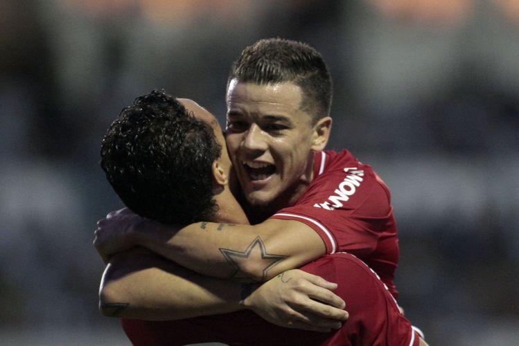 Leandro Damião comemora gol do Inter pelo Campeonato Gaúcho com D'Alessandro
