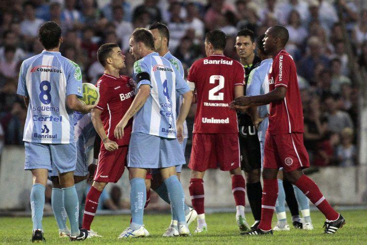 O clima ficou quente na partida entre Internacional e Lajeadense. D'Alessandro e Bolívar se desentenderam com os jogadores rivais e discutiram