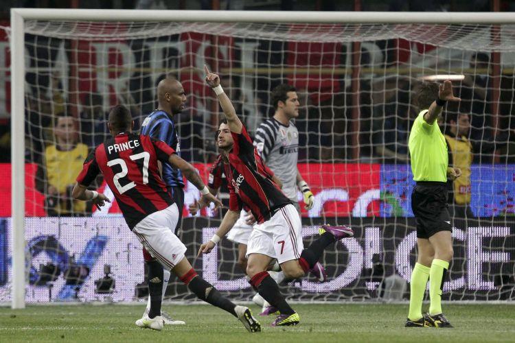 Brasileiros da Inter de Milão mostram desolação após o gol do Milan marcado por Alexandre Pato