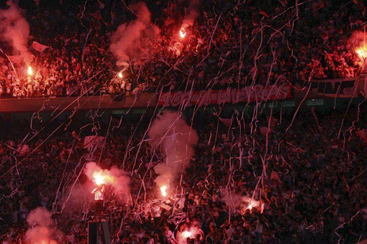 Uma partida de futebol em Cairo, no Egito, quase terminou em tragédia. Centenas de pessoas invadiram o campo para agredir o árbitro durante um jogo da Liga dos Campeões da África, neste sábado. Vários jogadores ficaram feridos