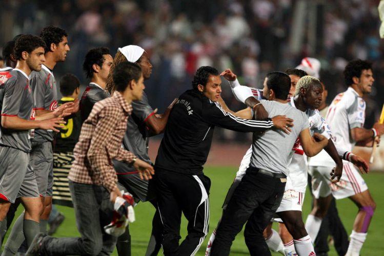 Várias pessoas ficaram feridas e até os jogadores participaram da briga. A polícia agiu rápido para ajudar proteger o trio de arbitragem e alguns atletas