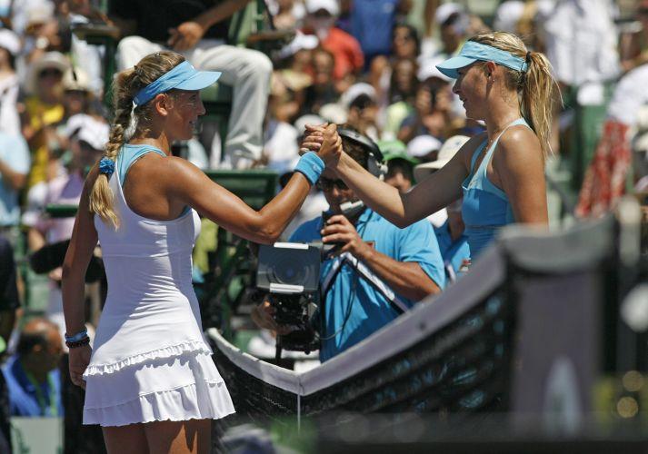 Sharapova, derrotada por 2 a 0, cumprimenta Azarenka, que faturou o segundo título da carreira em Miami, nos EUA