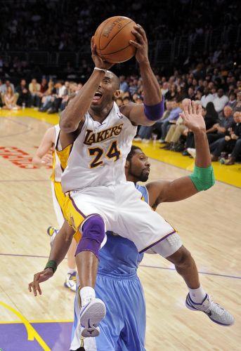 Kobe Bryant sobe para bandeja marcado de perto pelo brasileiro Nenê, que se deu melhor, na vitória do Denver Nuggets sobre o Los Angeles Lakers