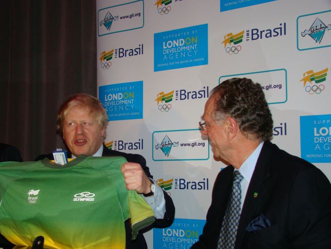 Nuzman com o prefeito de Londres, Boris Johnson, que ganhou uma camiseta brasileira