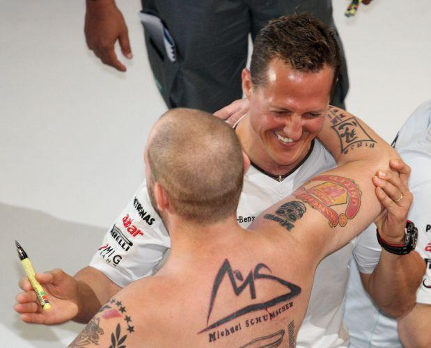 Homem mostra ser realmente fã de Michael Schumacher. O piloto da Mercedes, que participou de uma sessão de autógrafos ao lado de Nico Rosberg na Malásia, surpreendeu-se ao ver tatuagens feitas em sua homenagem