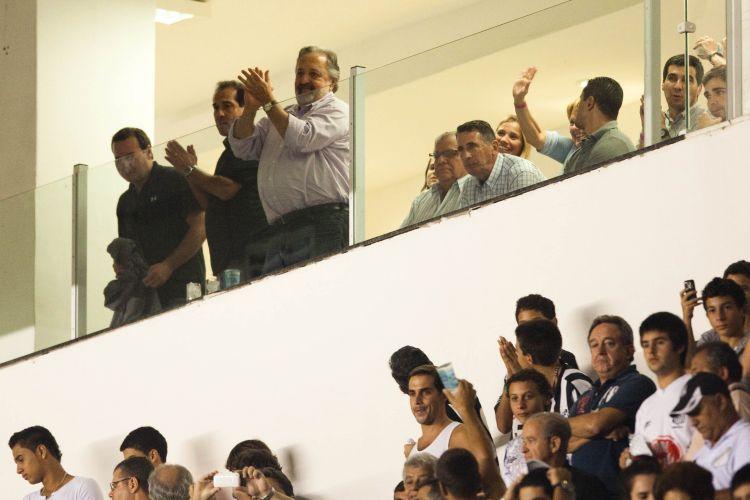 Contratado pelo Santos, Muricy Ramalho chega a camarote da Vila Belmiro ao lado do presidente do clube, Luís Álvaro de Oliveira Ribeiro, para acompanhar o duelo contra o Colo-Colo
