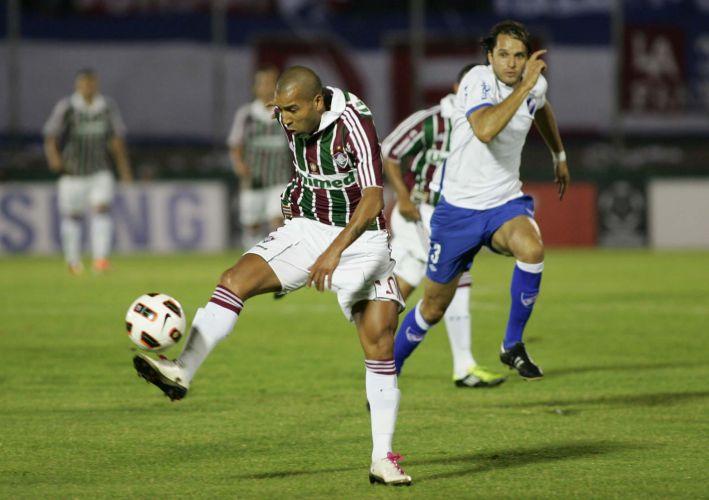 Émerson domina no campo de ataque durante o confronto entre Nacional e Fluminense