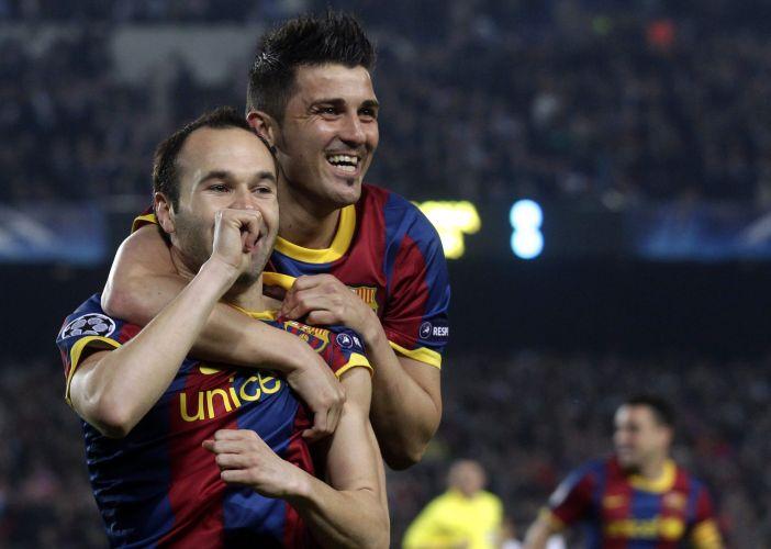 David Villa, direita, abraça Andres Iniesta, autor do primeiro gol da equipe do Barcelona contra o Shakhtar Donetsk