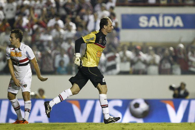 Rogério Ceni volta correndo para o gol após desperdiçar cobrança de pênalti contra o Santa Cruz na Arena Barueri