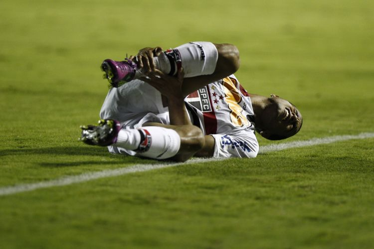 Lucas fica no chão após disputa de jogada na partida contra o Santa Cruz na Arena Barueri
