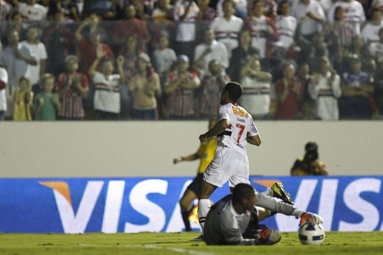 Goleiro Tiago Cardoso fica com a bola após tentativa de gol de Lucas na partida do São Paulo contra o Santa Cruz na Arena Barueri