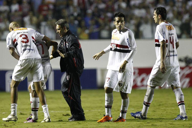Alex Silva e Paulo Cesar Carpegiani tentam conter Lucas após a expulsão do meia são-paulino na vitória por 2 a 0 sobre o Santa Cruz