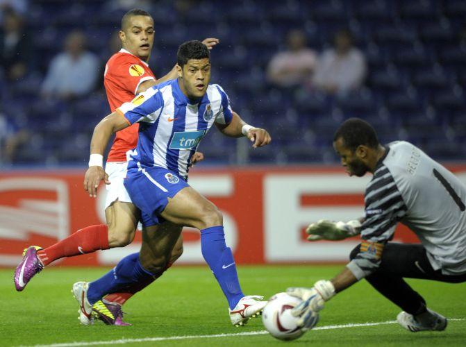 Helton faz defesa com cobertura do atacante brasileiro Hulk na partida do Porto contra o Spartal Moscou pela Liga Europa no estádio do Dragão