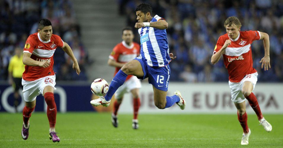 Hulk parte com a bola dominada para o Porto contra a marcação de Evgeni Makeev e Marcos Rojo do Spartak Moscou pela Liga Europa