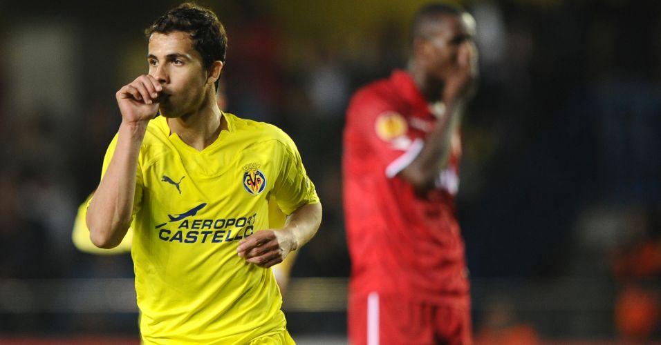 Nilmar comemora após marcar um de seus dois gols na goleada por 5 a 1 sobre o Twente pelas quartas de final da Liga Europa