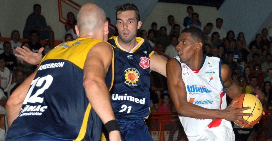 Jhonatan é marcado por Wanderson e Murilo na vitória de Limeira sobre São José