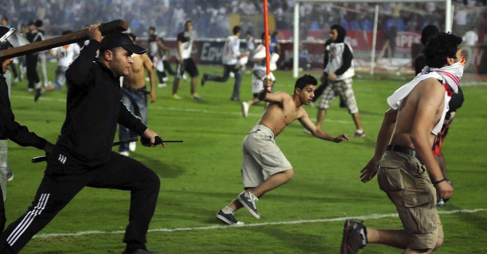 Polícia persegue torcedores do Zamalek que invadiram o campo para bater no juiz e nos jogadores do Club Africain em partida da Copa Africana de Campeões