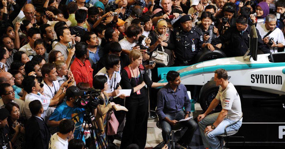 Multidão acompanha entrevista do piloto alemão Michael Schumacher às vésperas do GP da Malásia de Fórmula 1