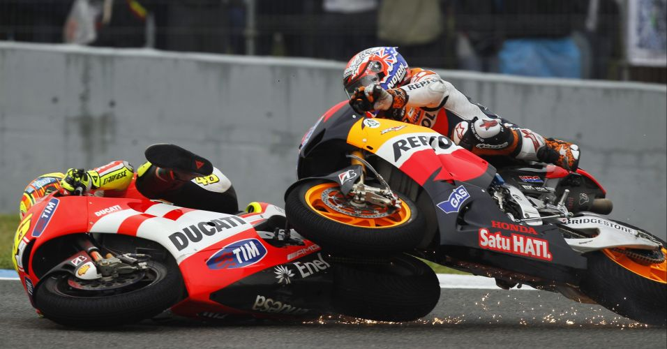 Casey Stoner (dir), da Honda, e Valentino Rossi, da Ducati, se envolvem em acidente no GP da Espanha de MotoGP