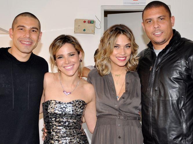 Ronaldo e Bia Antony vão ao camarim da cantora Wanessa na estreia da sua turnê em São Paulo. O Fenômeno opta por uma jaqueta de couro