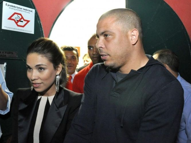 Ronaldo e a mulher Bia Antony chegam ao show de Marlia Gabriela em So Paulo. O moleton comprova o visual bsico do ex-atacante