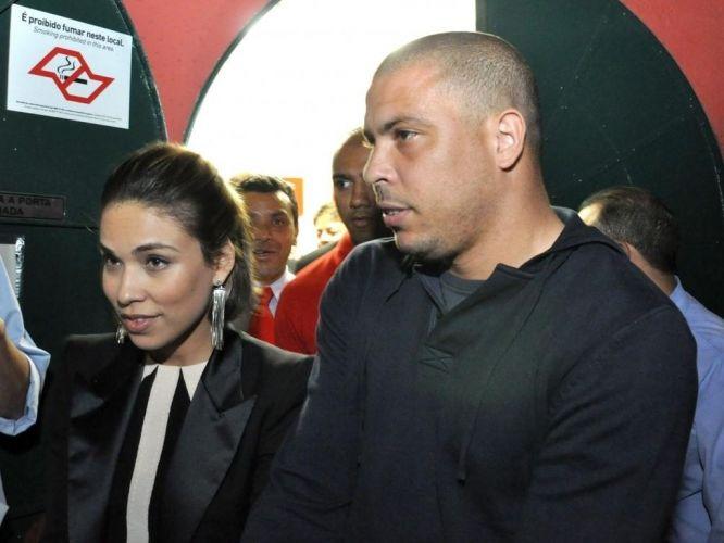 Ronaldo e a mulher Bia Antony chegam ao show de Marília Gabriela em São Paulo. O moleton comprova o visual básico do ex-atacante