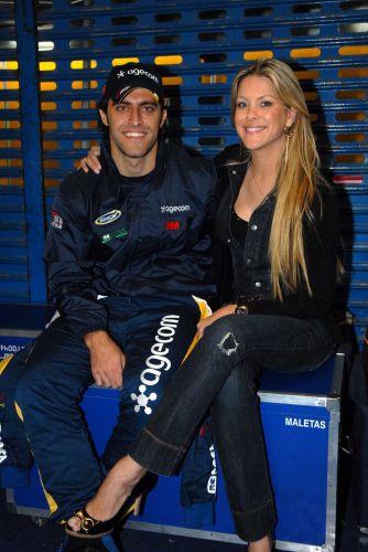 Apresentadora Renata Fan posa ao lado do namorado, o piloto de Stock Car Átila Abreu. Gata sempre é lembrada pelos boleiros por seus comentários na Rede Bandeirantes