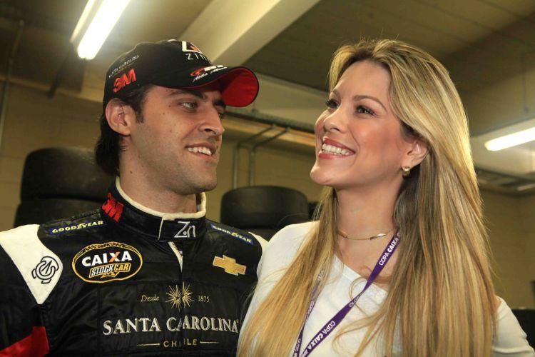 Piloto Átila Abreu e sua namorada, a apresentadora Renata Fan, são fotografados na 7ª etapa do Campeonato Brasileiro de Stock Car, no autódromo de Interlagos, em São Paulo, em 2010
