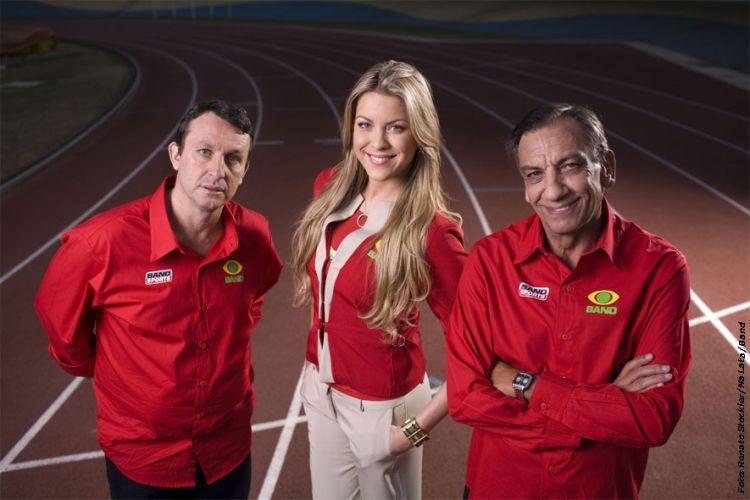 Renata Fan posa ao lado de Neto (esquerda) e Osmar de Oliveira, integrantes do Jogo Aberto. Xavecos e brincadeiras com a loira são comuns no programa; a apresentadora, advogada e ex-modelo é noiva do piloto de Stock Car Átila Abreu