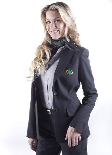 Renata Fan veste o uniforme da Band durante as transmissões da Copa do Mundo 2010; a apresentadora, advogada e ex-modelo é noiva do piloto de Stock Car Átila Abreu