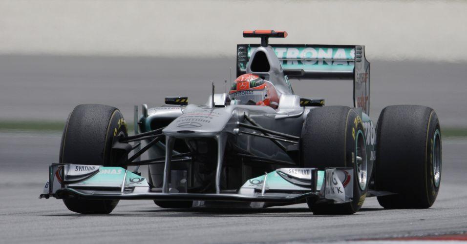 Michael Schumacher pilota o carro da Mercedes na última sessão de treinos livres em Sepang