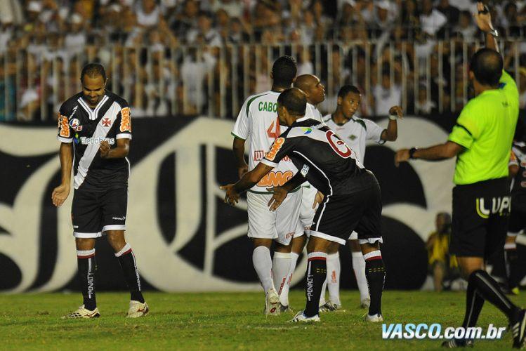 Felipe reclama com Alecsandro após erro em ataque do Vasco; equipe perdeu muitas oportunidades, mas conseguiu vencer por 2 a 1