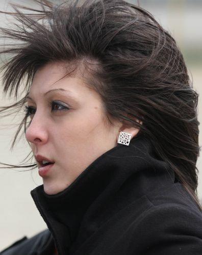 Bela garota acompanha o Mundial de motocross na Bulgária e sofre com o vento da região. A competição também reúne grid girls que atraem os olhares masculinos.